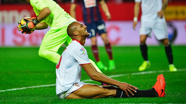 Nzonzi se lamenta durante el Sevilla FC-Eibar