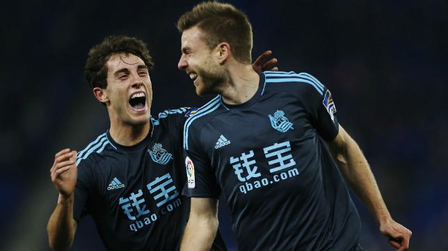 Illarramendi (d) celebra junto a Odriozola su gol al Espanyol