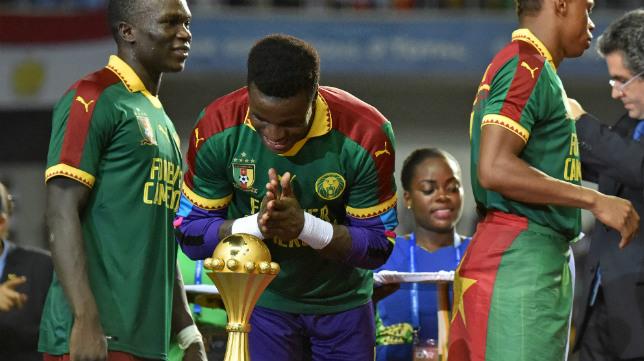 Ondoa, inclinado ante el trofeo de campeón de la Copa de África