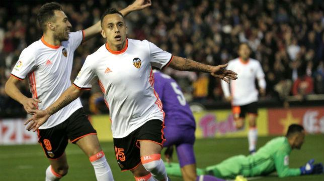 Orellana celebra el gol que le marcó al Madrid. (Foto: EFE)