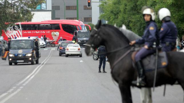 Miembros de la Policía, escoltan al autobús del Sevilla (Foto: Felipe Guzmán)