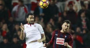 Rami cabecea un balón en el Sevilla FC-Eibar