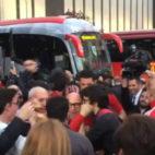 Recibimiento de la afición de Sevilla a Sampaoli tras el derbi