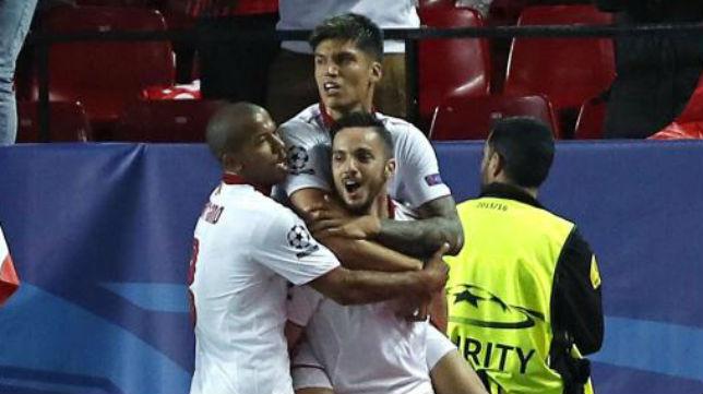Sarabia celebra su gol con sus compañeros