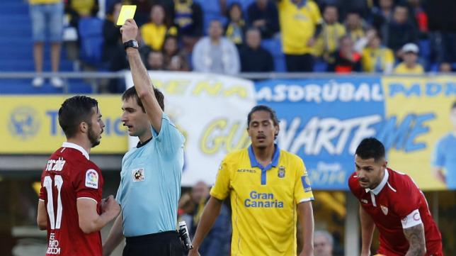 Sarabia ve la tarjeta en el Las Palmas-Sevilla FC
