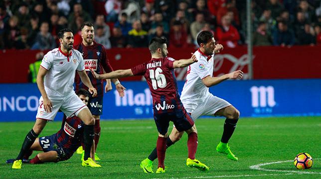 Lance del duelo entre el Sevilla FC y el Eibar