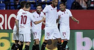 Los jugadores del Sevilla FC celebran el 1-0 ante el Eibar