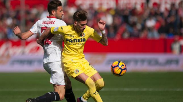 Franco Vázquez encima a Castillejo durante el Sevilla FC-Villarreal