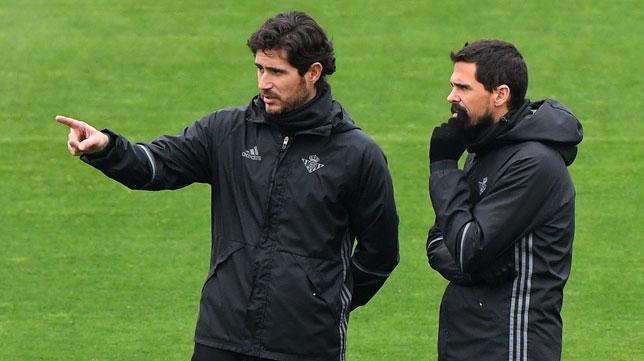 Víctor Sánchez, entrenador del Real Betis, le da una indicación a su asistente Marco Tamarit (Foto: Juan José Úbeda).
