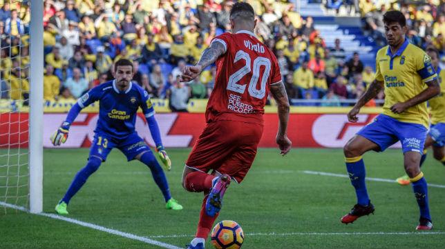 Vitolo trata de encarar a Javi Varas en el encuentro del Sevilla en Las Palmas