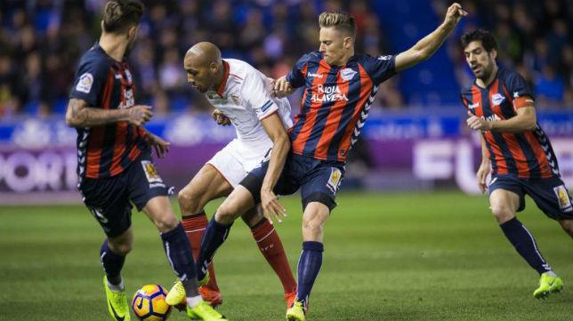 Nzonzi trata de marcharse de varios contrarios en el Alavés-Sevilla FC de la pasada campaña