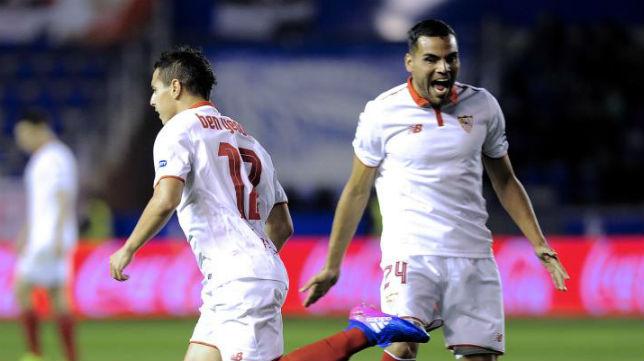 Mercado celebra el gol anotado por Ben Yedder en Mendizorroza (Foto: AFP)