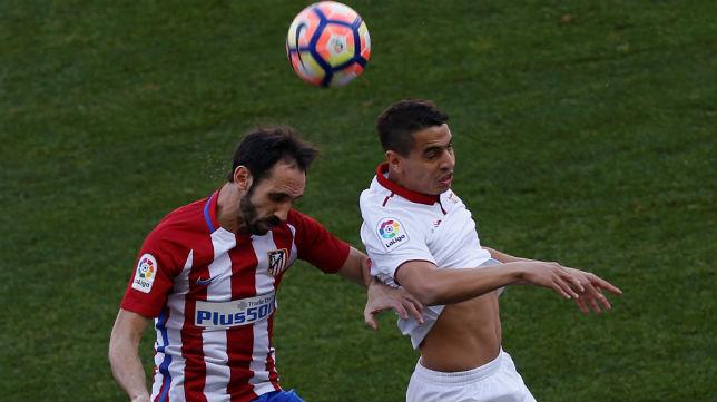Ben Yedder disputa un balón durante el Atlético-Sevilla FC