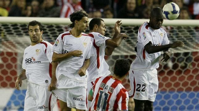 Maresca, David Prieto, Luis Fabiano y Romaric, en la barrera para defender la falta tirada por Maxi Rodríguez