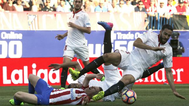 Rami y Mercado caen al suelo junto a Gameiro en el Atlético-Sevilla FC