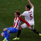 Griezmann y Lenglet pugnan durante el Atlético-Sevilla FC