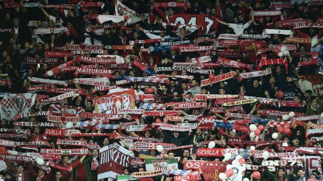 La afición del Sevilla, en Leicester (Foto: AFP)