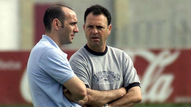Monchi y Joaquín Caparrós en un entrenamiento del Sevilla de mayo del 2001 (Foto: Díaz Japón)
