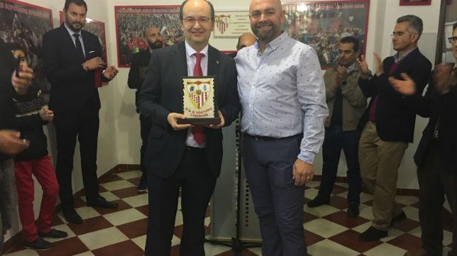 José Castro recibe un recuerdo del presidente de la Peña Sevillista de Casariche por su visita (Foto: SFC)
