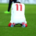 Joaquín Correa, cabizbajo sobre el césped del King Power Stadium tras consumarse la eliminación del Sevilla FC (Foto: EFE)