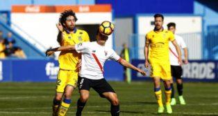 Cotán protege un balón en el Alcorcón- Sevilla Atlético. Foto: LaLiga