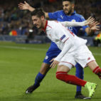 Escudero se marcha del jugador del Leicester Mahrez (Foto: AFP)