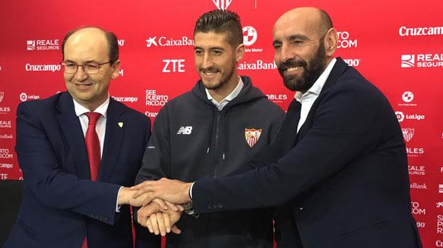 Sergio Escudero posa con José Castro y Monchi en la rueda de prensa por su renovación (Foto: J. S.)