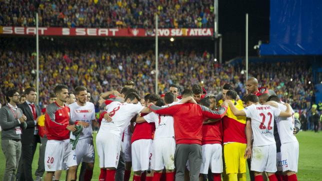 Los jugadores del Sevilla FC se abrazan tras perder la final de Copa en el Vicente Calderón