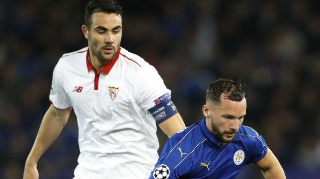 Iborra disputa un balón con el jugador del Leicester Drinkwater (Foto: AFP)