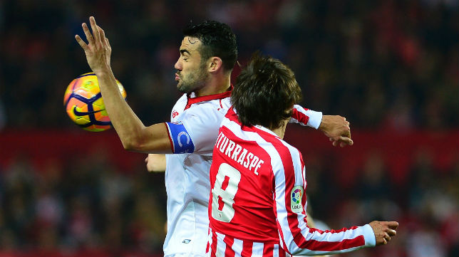 Iborra pelea con Iturraspe un balón en el Sevilla-Athletic (Foto: AFP)