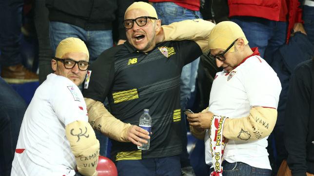 Unos aficionados sevillistas se disfrazaron de Sampaoli en Leicester