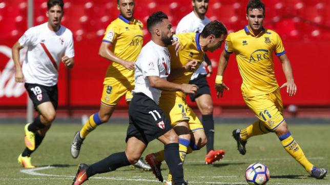 Ivi disputa un balón ante varios jugadores del Alcorcón en el partido de la primera vuelta entre el Sevilla Atlético y el conjunto madrileño. Foto: LaLiga