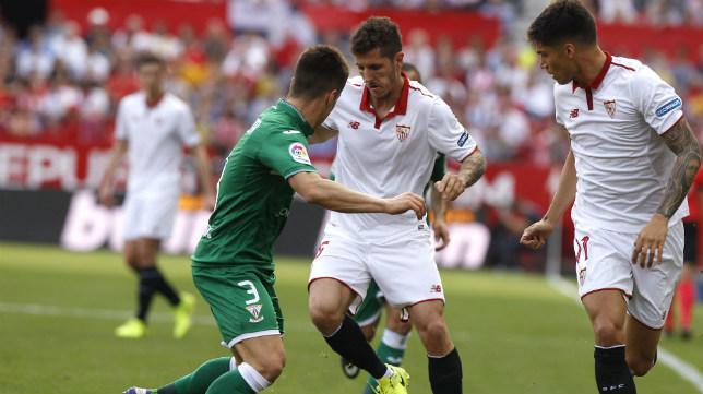 Jovetic conduce el balón durante el Sevilla FC-Leganés (Foto: J. M. Serrano)