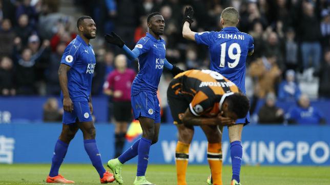 Brown, Ndidi y Slimani celebran el tercer tanto del Leicester ante el Hull (Foto: Reuters)