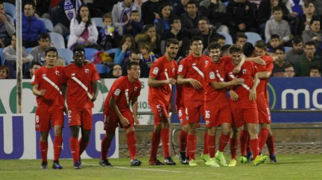 Los jugadores del Sevilla Atlético celebran el tanto de la victoria. Foto: LaLiga 123