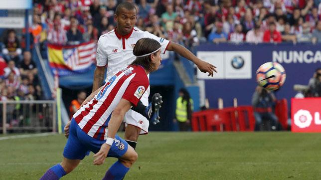 Mariano centra en presencia de Filipe Luis (Foto: EFE).