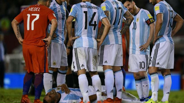 Mercado, al lesionarse con Argentina (Foto: AFP)