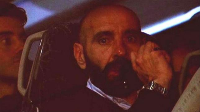 Monchi, muy emocionado, en el autobús que llevó al Sevilla a su hotel de concentración (Foto: @DeportesCuatro)