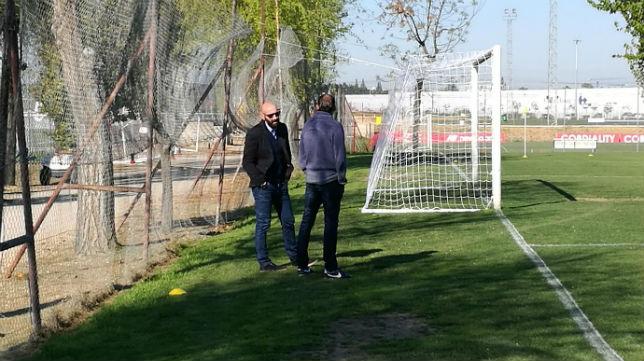 Monchi dialoga con Óscar Arias en el entrenamiento del miércoles 29 de marzo (Foto: J. P.)