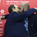 Monchi y Castro se abrazan en la despedida del director deportivo del Sevilla (Foto: J. Spínola)