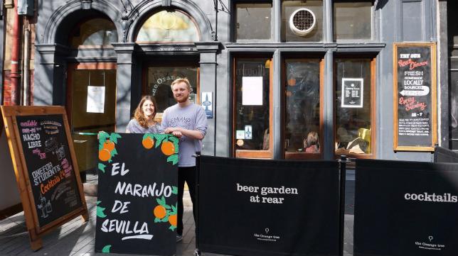El bar 'The Orange Tree', en la calle principal, pasa a llamarse 'El Naranjo de Sevilla'