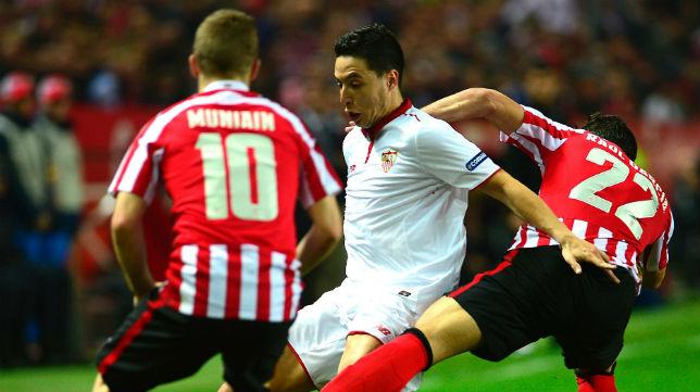 Samir Nasri pugna por un balón ante Raúl García en el Sevilla-Athletic