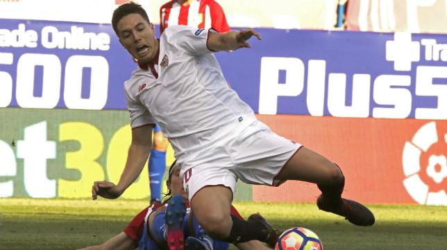 Nasri cae en una acción del Atlético-Sevilla