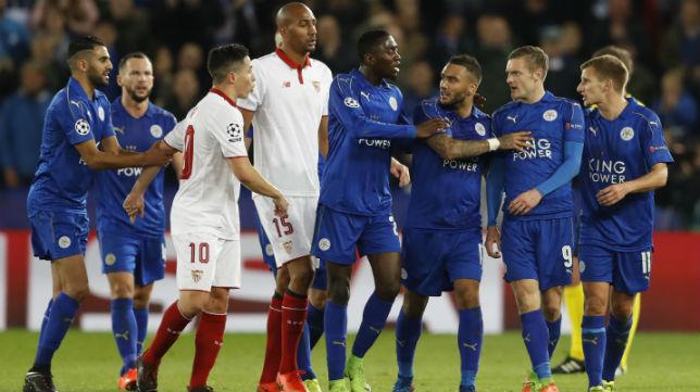 Nasri y Vardy, en la jugada de la expulsión (Foto: Reuters)
