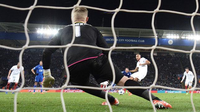 Nzonzi lanza el penalti que detuvo Schmeichel (Foto: EFE).