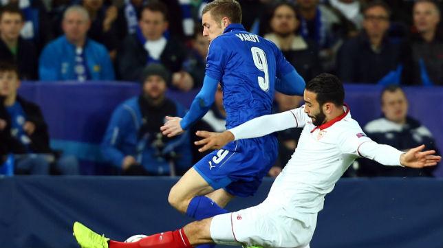 Rami disputa un balón con el delantero del Leicester Vardy (Foto: AFP)