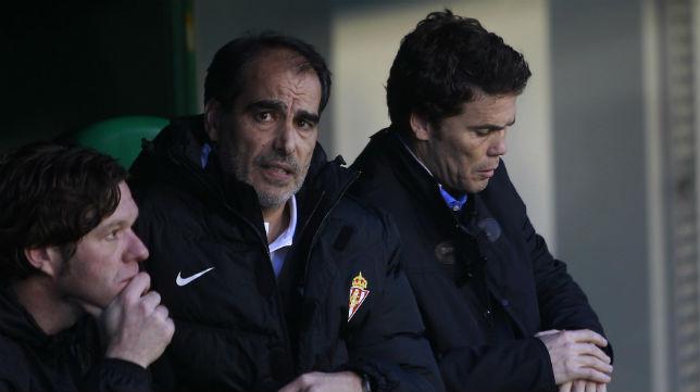 El entrenador del Sporting, Rubi, junto a sus técnicos antes del inicio de un partido (Foto: Raúl Doblado)