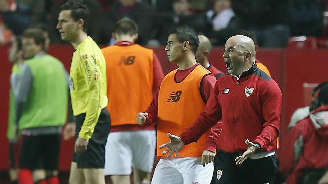 Sampaoli anima a sus jugadores durante el Sevilla-Athletic (Foto: EFE)