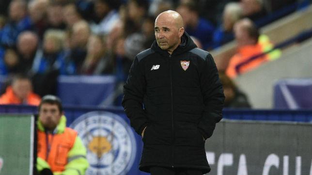 Sampaoli mira un momento del partido del Sevilla ante el Leicester (Foto: AFP)
