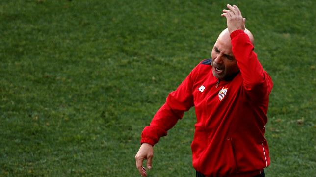 Sampaoli se queja en una fase del partido del Sevilla FC ante el Atlético
